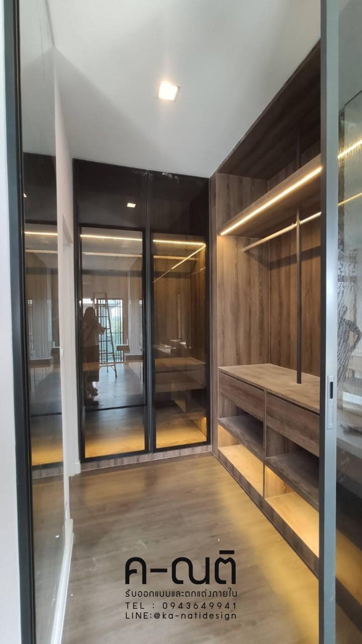 บิ้วอินห้องแต่งตัว มีที่แขวนเสื้อ มีประตูกระจกอลูมิเนียม