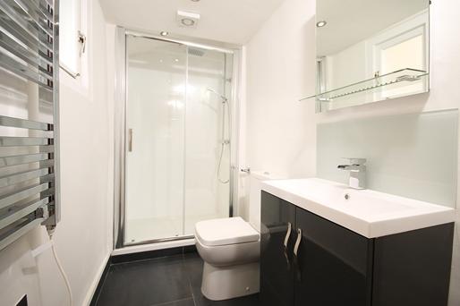 ตัวอย่างกระจกกั้นห้องน้ำแบบบานเลื่อน